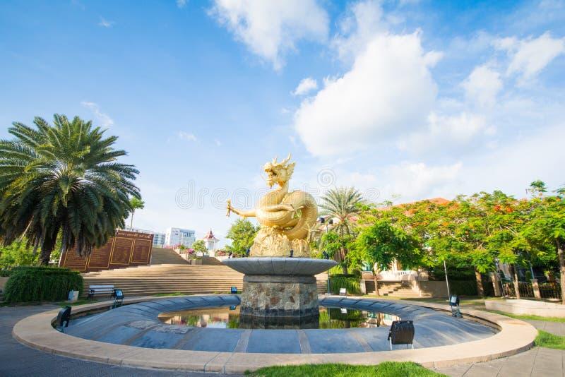 Goldstatuendrache in Phuket-Stadt stockbilder