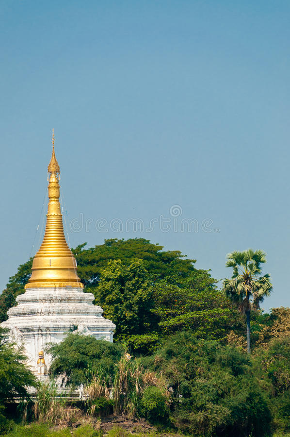 Goldweiße Pagode Stupa in Irrawaddy-Fluss zwischen stockbilder