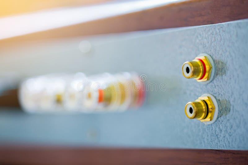 Goldweibliche RCA-Steckfassung auf Audioverstärker lizenzfreie stockfotografie