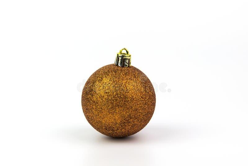 Goldweihnachtsball lokalisiert auf weißem Hintergrund stockfoto