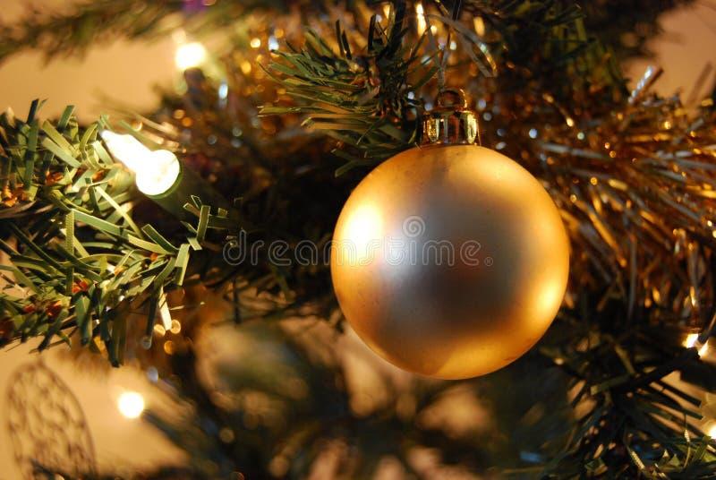 Goldweihnachtsbaum-Flitterdekoration stockfoto