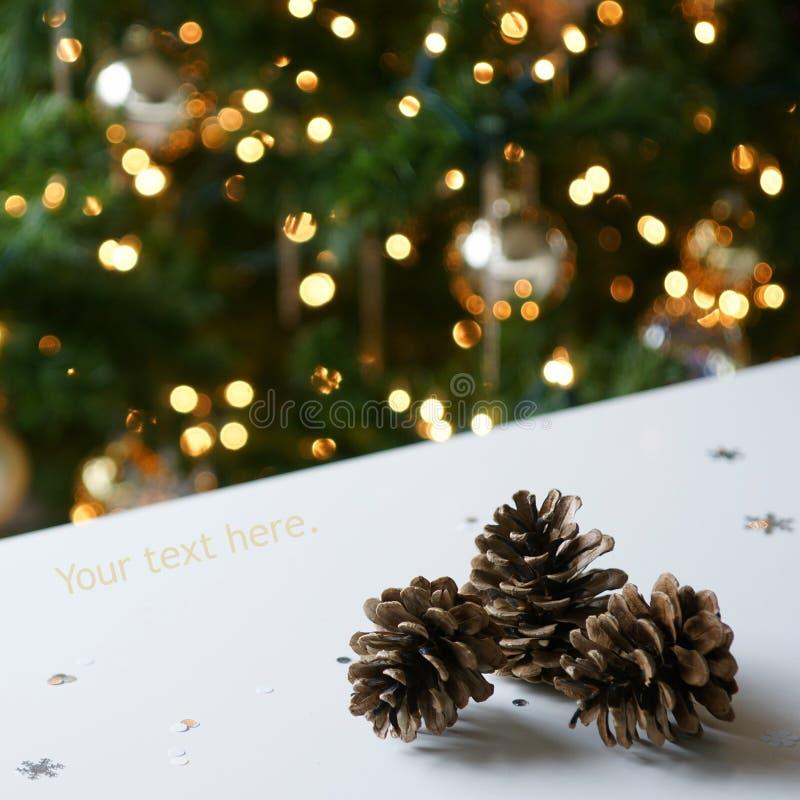 Goldweihnachtsbaum-Kiefer-Kegel lizenzfreies stockbild
