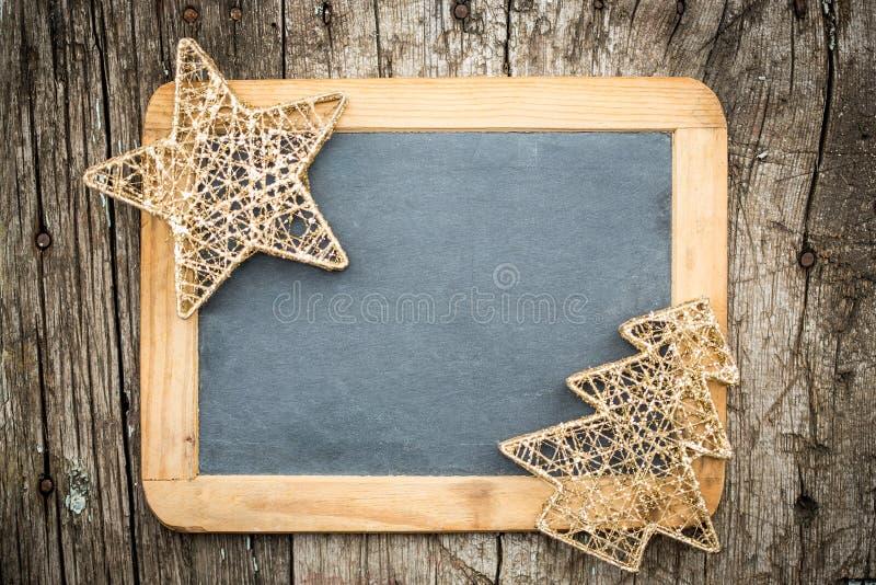 Goldweihnachtsbaumdekorationen auf hölzerner Tafel der Weinlese stockfotos
