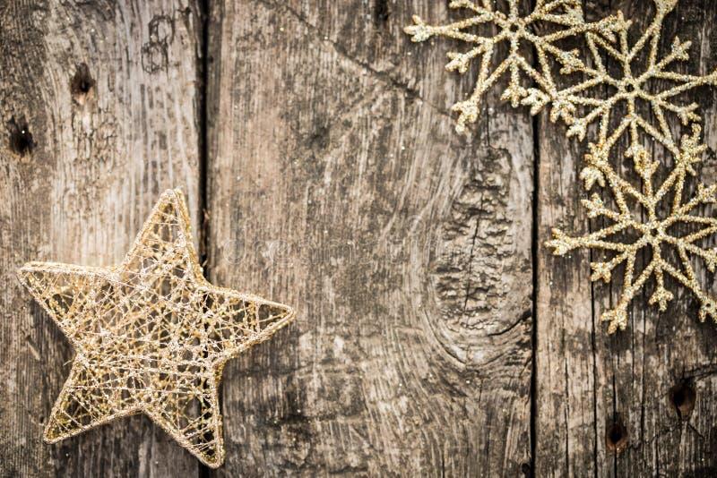 Goldweihnachtsbaumdekorationen auf Schmutzholz stockbild