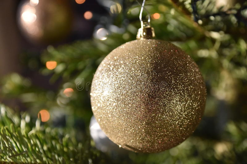 Goldweihnachtsbirne lizenzfreie stockfotografie