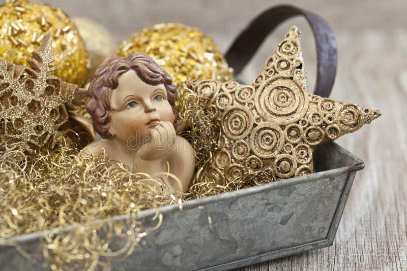 Goldweihnachtsdekoration mit kleinem Engel lizenzfreie stockbilder