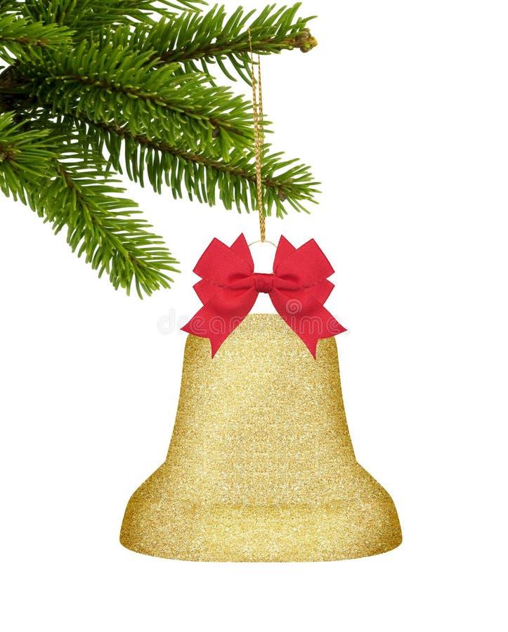 Goldweihnachtsdekorglocke mit rotem Bogen auf dem grünen Baum an lokalisiert stockfoto