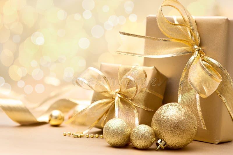 Goldweihnachtsgeschenkboxen stockfoto
