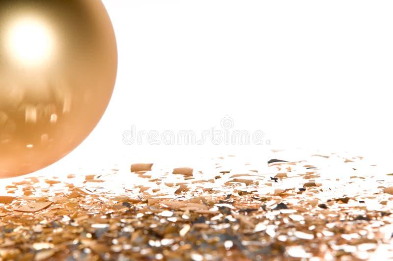 Goldweihnachtskugel getrennt auf weißem Hintergrund lizenzfreies stockbild