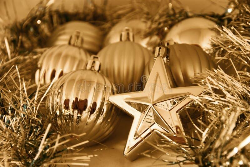 Goldweihnachtskugeln und -sterne stockfoto