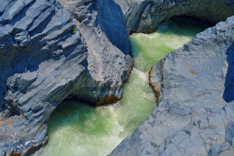 Gole dell'Alcantara -峡谷河阿尔坎塔拉,审阅埃特纳火山熔岩石头在西西里岛,意大利 库存图片