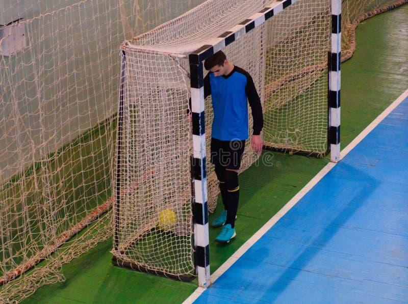 Goleiros do futebol no objetivo, campo, campo de bola no gym interno, campo de Futsal de esporte do futebol fotografia de stock
