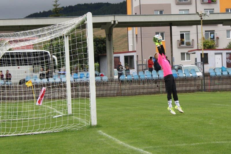Goleiros nova do futebol salvo a bola no ar foto de stock