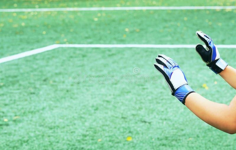 Goleiros que enfrenta um pontapé de grande penalidade Treinamento da equipa de futebol da juventude imagem de stock royalty free