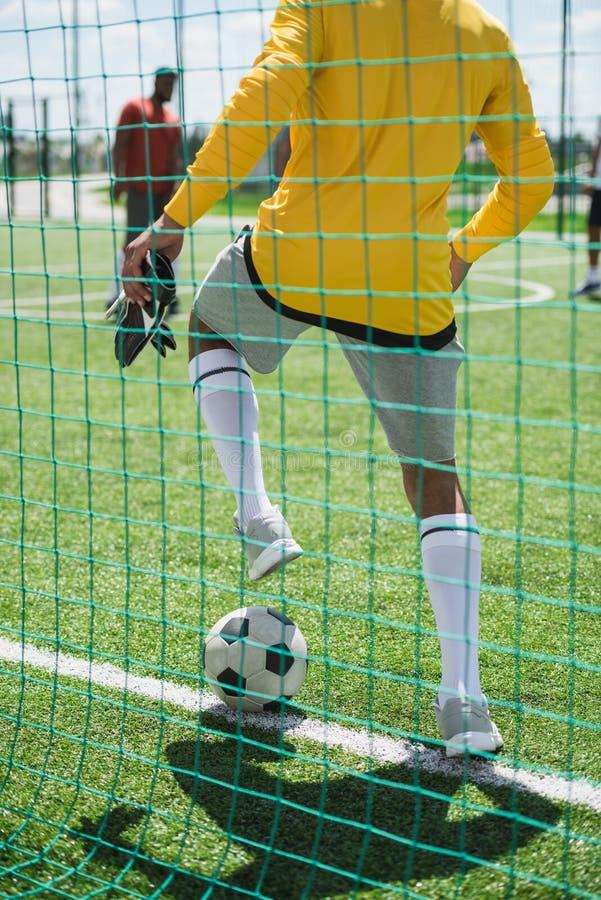 Goleiros que para a bola durante o fósforo de futebol no passo imagem de stock