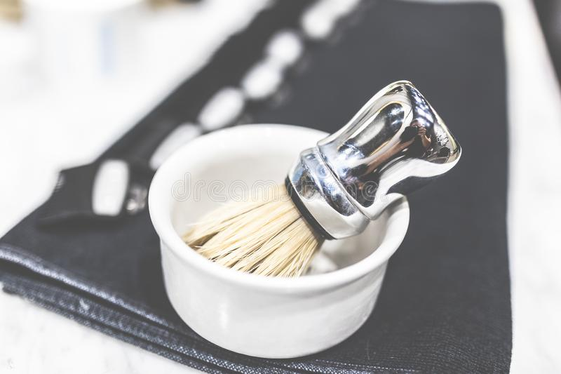 Golenia muśnięcie w pucharów fryzjerów męskich mężczyzn fryzjera pojęciu obrazy stock