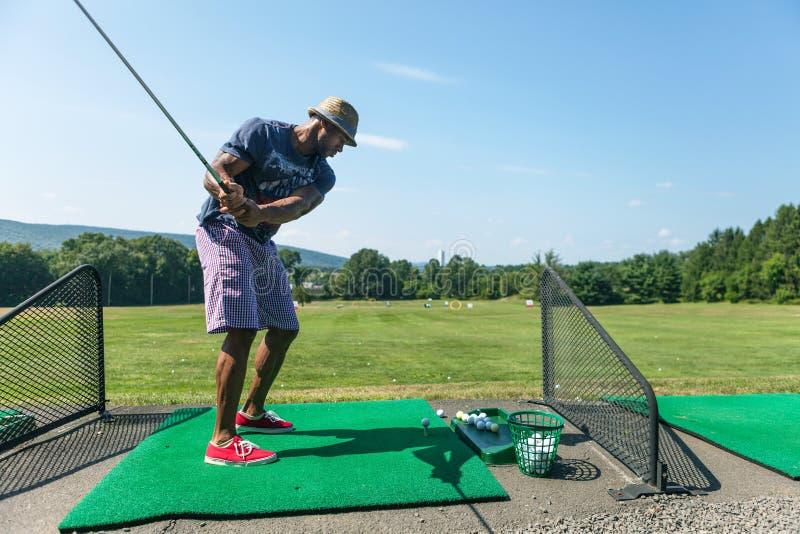 Golfövning på körningsområdet fotografering för bildbyråer