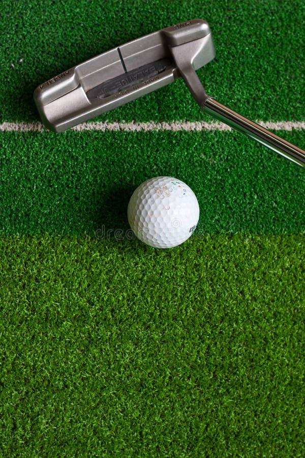 Golf auf Grün stockfoto