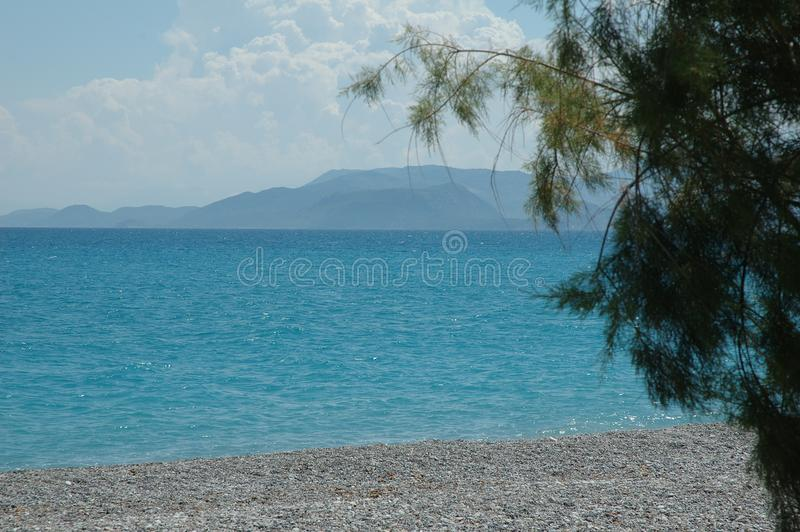 Golf av Corinth med berg på horisont på Kiato, Grekland royaltyfri foto