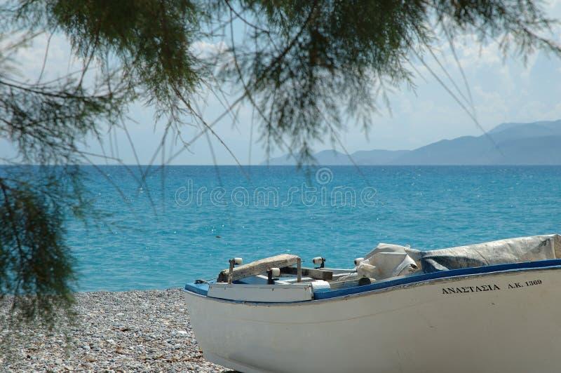 Golf av Corinth och roddbåten på Kiato, Grekland arkivfoto