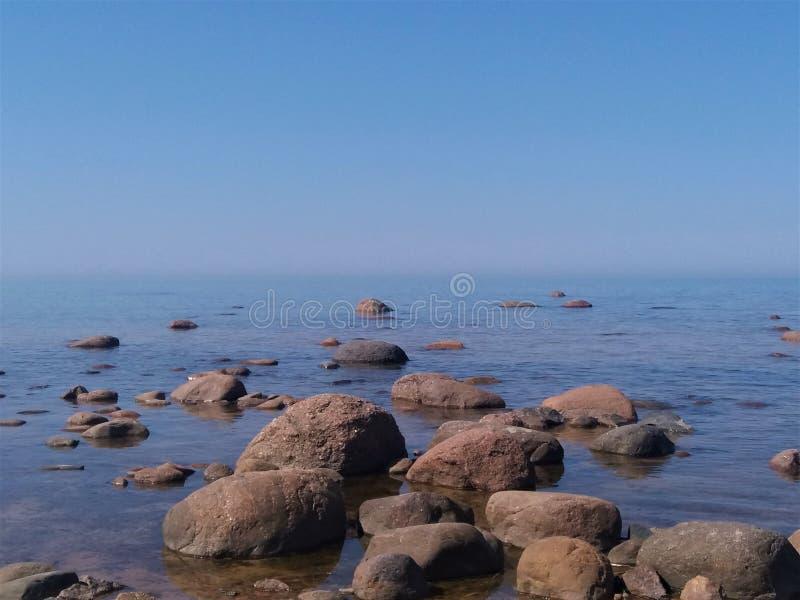 Golf av Finland, kalla nordliga Östersjön, Finland Skönheten av den nordliga sommaren Hav strand, stora stenar, horisont Stillhet royaltyfri bild