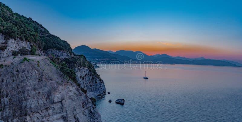 Golf av Salerno, panorama på soluppgång som ses från den Amalfi kusten royaltyfri fotografi