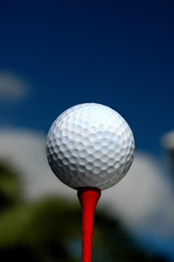 Golf - bille sur le té rouge photographie stock