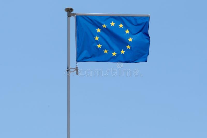 Golf blauwe vlag van Europese Unie de EU in blauwe de zomerhemel in mat royalty-vrije stock fotografie