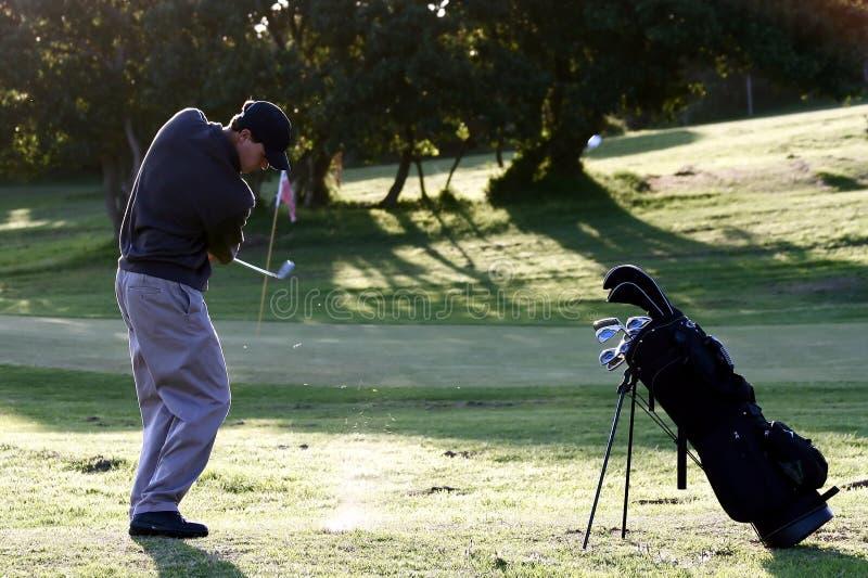 Golf-Chip-Schuß zum zu grünen stockbild