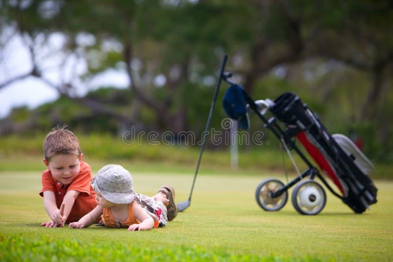 Golf con los cabritos imagenes de archivo