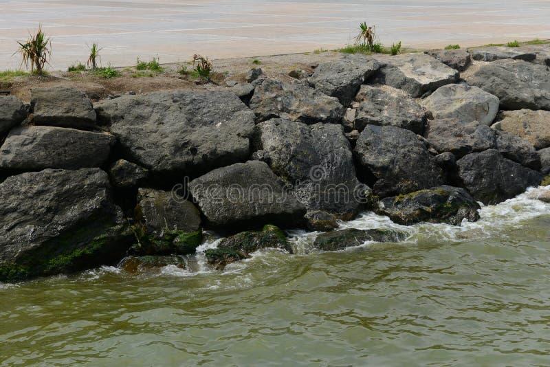 Golf in de rotsen stock afbeeldingen