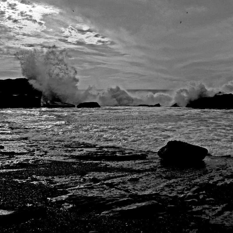 Golf die op rotsen verplettert royalty-vrije stock afbeeldingen