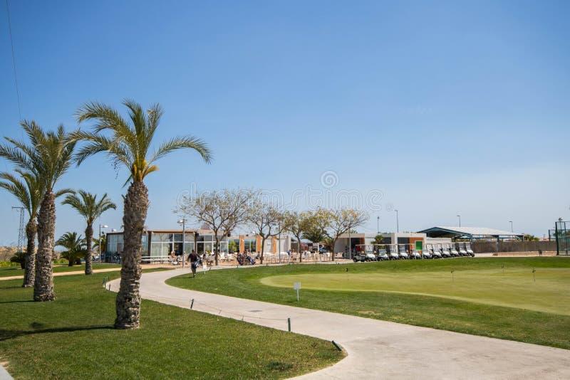 Golf el club con las palmeras, los cochecillos y el putting green en España imagenes de archivo