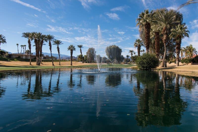 Golf el peligro del agua con una fuente y los árboles imagen de archivo