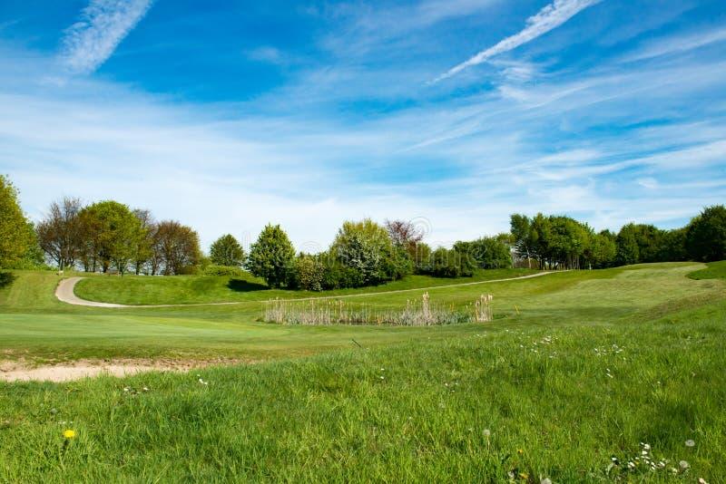 Golf-Fahrrinnenbunker, waterhole lizenzfreie stockfotos
