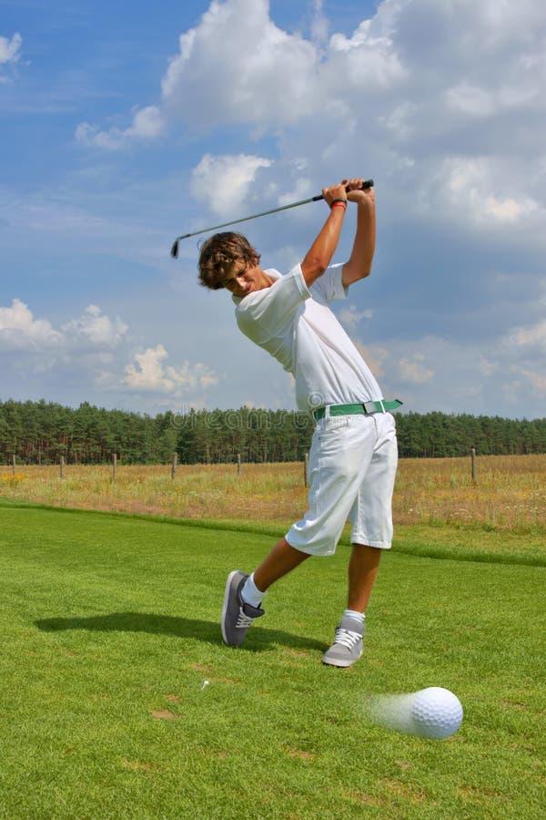 Golf golfare som slår bollen royaltyfri foto