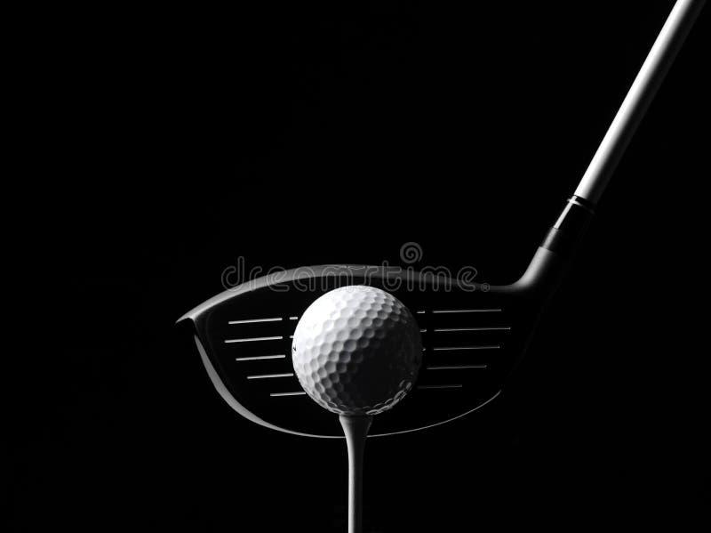 Golf-Holz mit einem Golfball und einem Golf-T-Stück stockfotografie