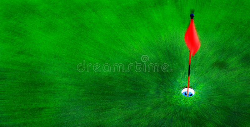 Golf-Loch auf grünem Gras mit roter Fahne lizenzfreies stockbild