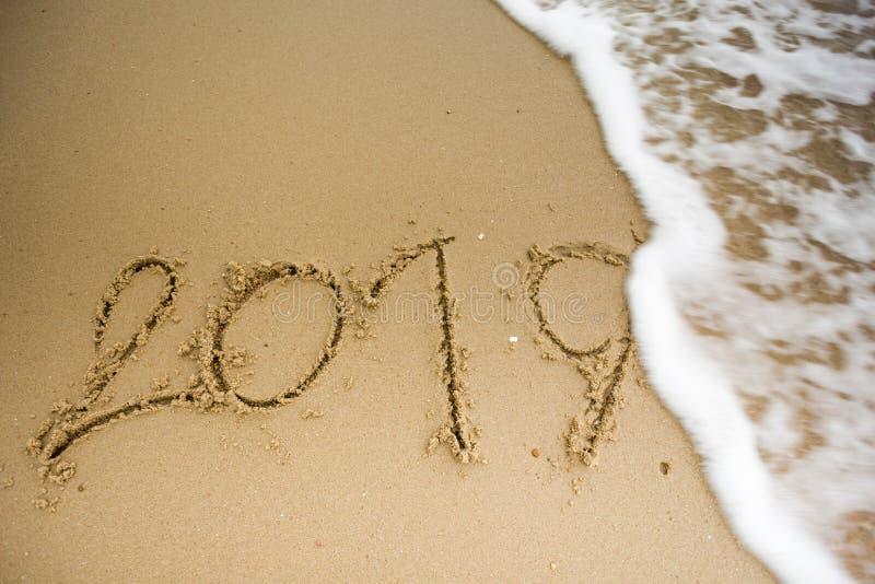 Golf met 2019 teksten op het zand stock fotografie
