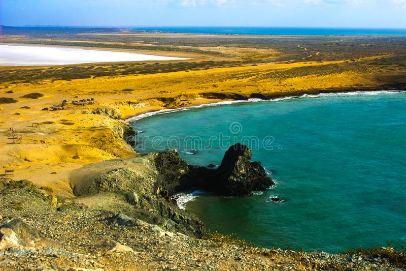 Golf mit Salzbergwerk in Cabo de la Vela, Guajira, Kolumbien lizenzfreie stockbilder