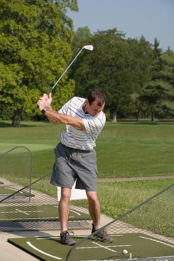 Golf practicante del hombre imagen de archivo libre de regalías