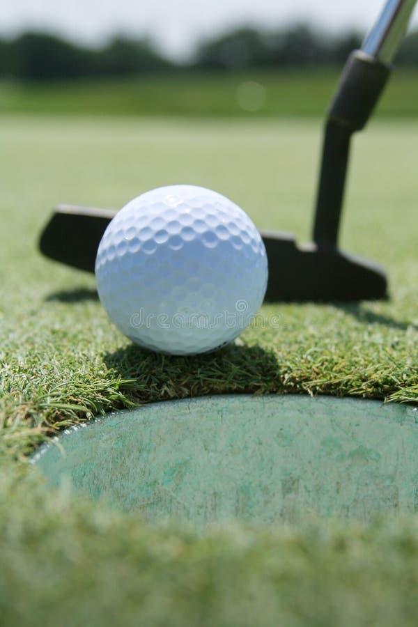 Golf-Putter, Kugel und Grün stockbild