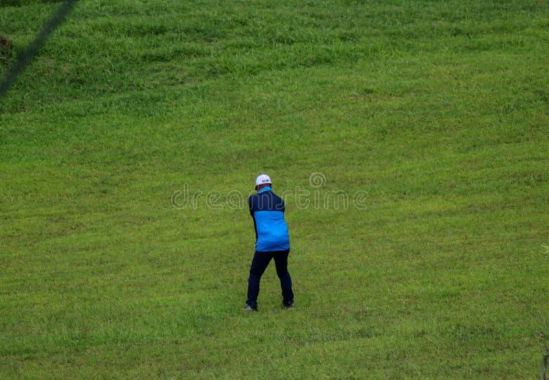 Golf que juega filipino masculino en la ciudad Filipinas del Naga fotografía de archivo