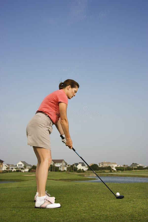 golf som förbereder den sköt kvinnan royaltyfri fotografi