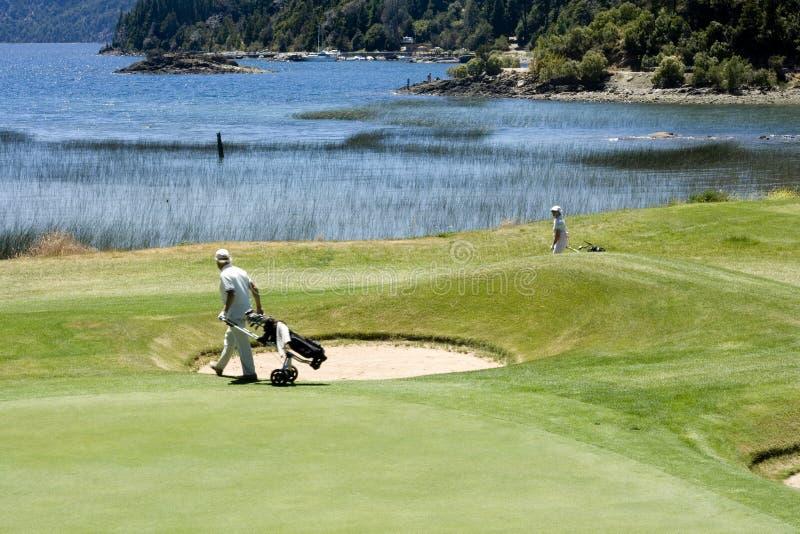 Golf spielen stockbilder