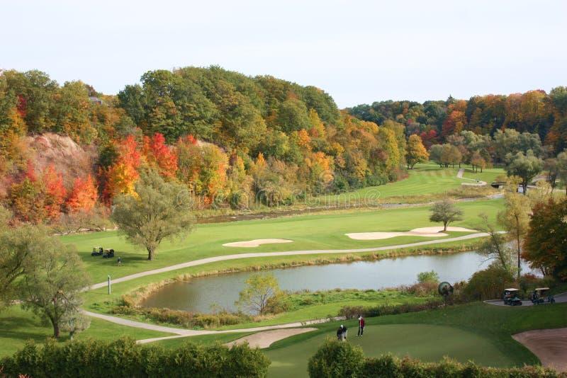 Golf spielen im Herbst stockfoto