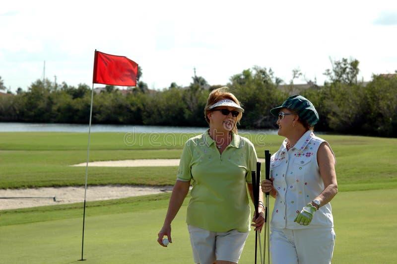Golf spielende ältere Frauen stockbilder