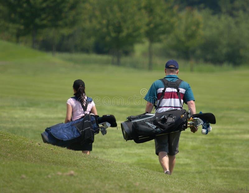 Golf spielende Paare lizenzfreie stockfotografie