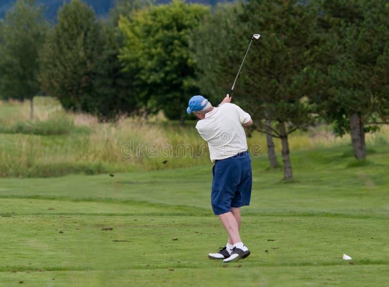 Golf spielender Älterer stockfotografie