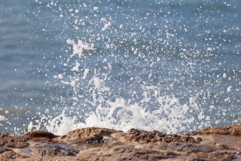 Golf van blauwe oceaan op zandig strand Achtergrond royalty-vrije stock afbeelding